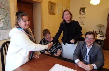 Wiceburmistrz Małgorzata Rózga gratuluje Agnieszce Modrance, przedstawicielce aktywnych kobiet z Kalina